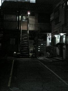 夜、アパート