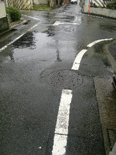 雨でアスファルト